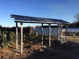Paneles solares en la finca piloto de Betel
