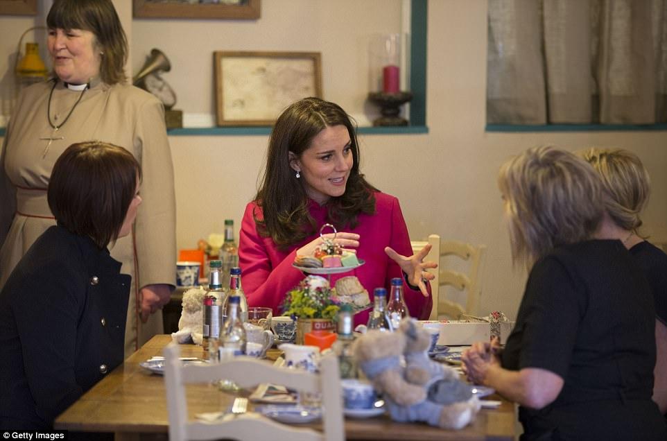 Duquesa Catalina hablando con directores del 'Rising Café' en Betel Inglaterra