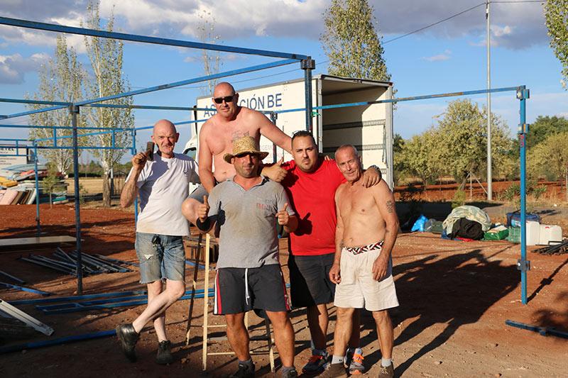 Hombres de Betel montando tiendas para el campamento anual
