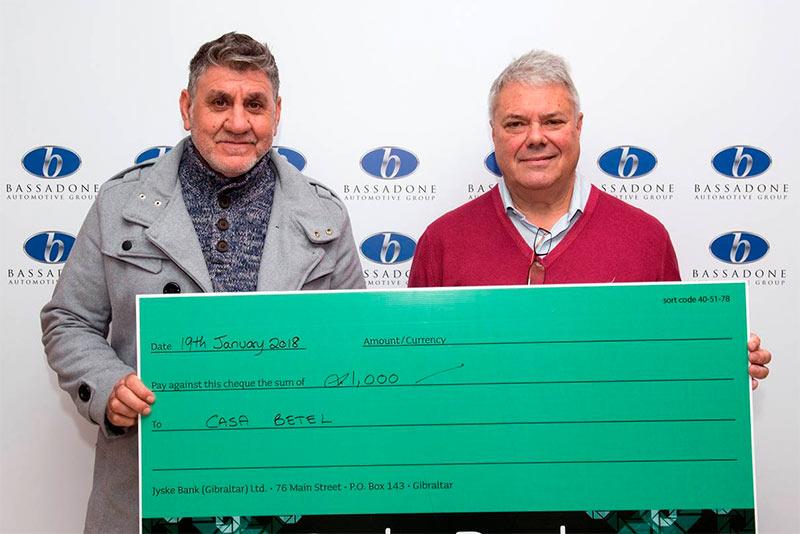 Entrega del cheque de 1.000 £.